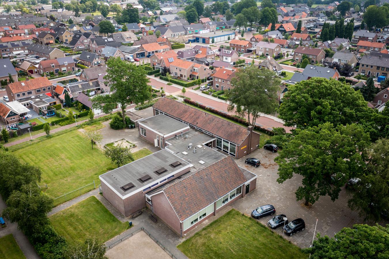 Het verouderde Dienstencentrum - een voormalig - schoolgebouw - maakt plaats voor nieuwbouw met appartementen. Tegen de woningbouw maken omwonenden bezwaar.