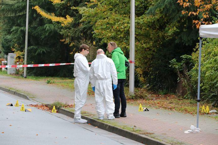 Onderzoek op de plaats delict waar de Enschedese advocaat werd neergeschoten.