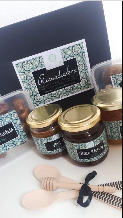 Ramadanbox ontwikkeld door Cup of Shifa in Roosendaal. Is bedrijf van Leah Delaney en Oussama Hamdoune.