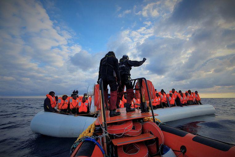 Migranten tijdens een reddingsoperatie van de Ocean Viking.  Beeld via REUTERS