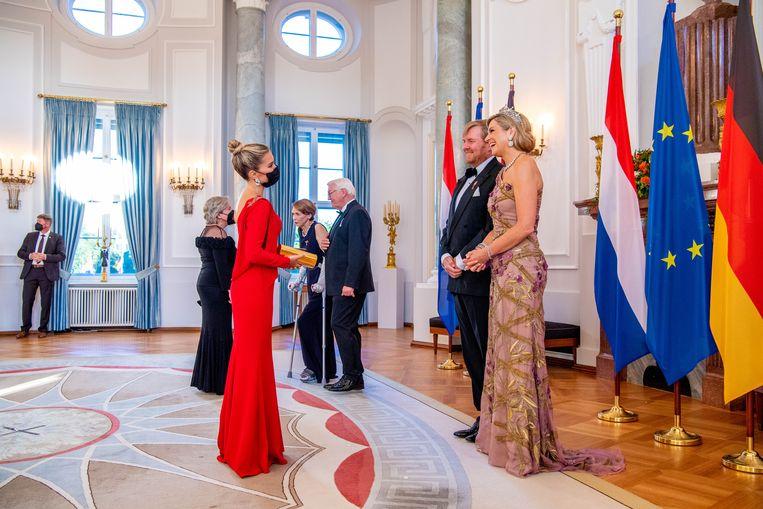 Sylvie Meis begroet koningin Máxima en koning Willem-Alexander tijdens hun staatsbezoek aan Duitsland. Beeld Brunopress/Patrick van Emst