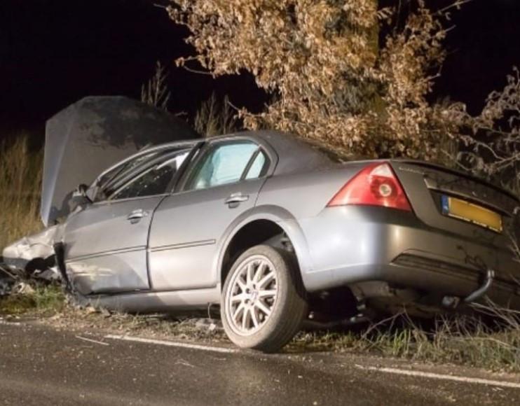 De zwaar beschadigde auto van de voor een alcoholcontrole gevluchte bestuurder in de omgeving van Ede.