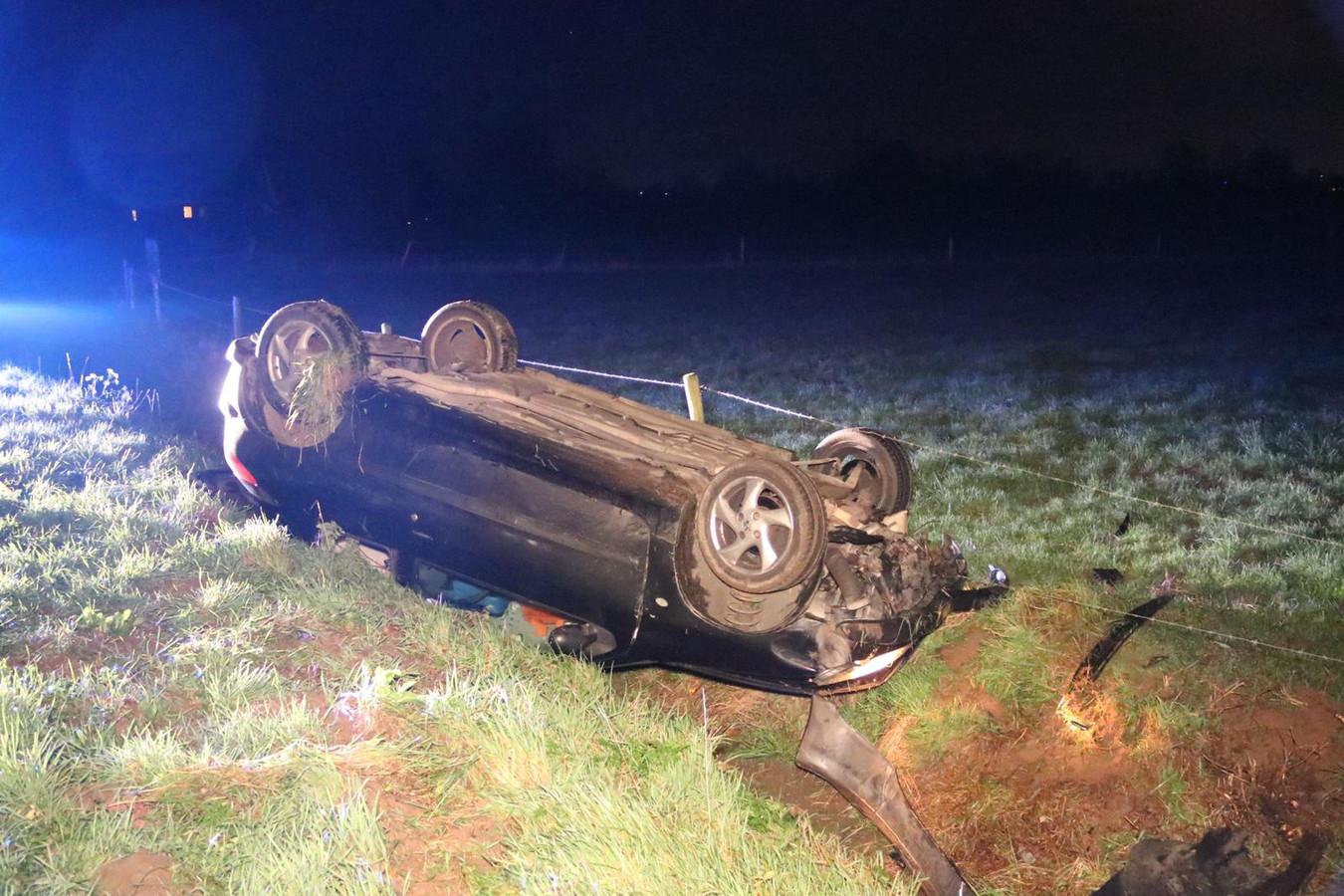 De auto belandde ondersteboven in de greppel.
