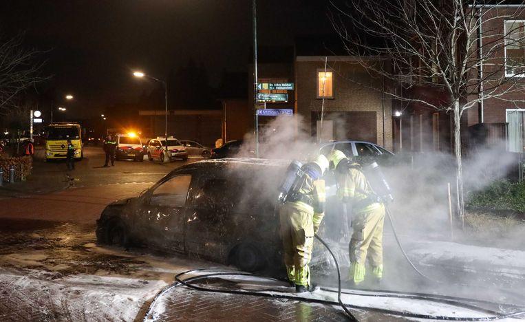 In december had de brandweer nog de handen vol aan autobranden in Veen, zoals hier.  Beeld ANP