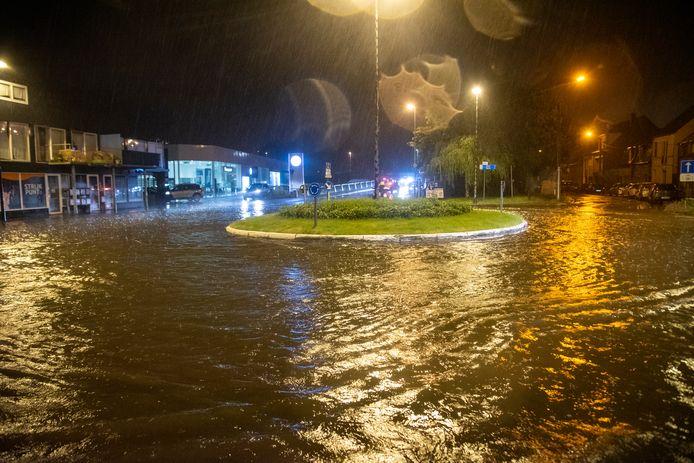 De rotonde aan de Scheldebrug liep volledig onder water.
