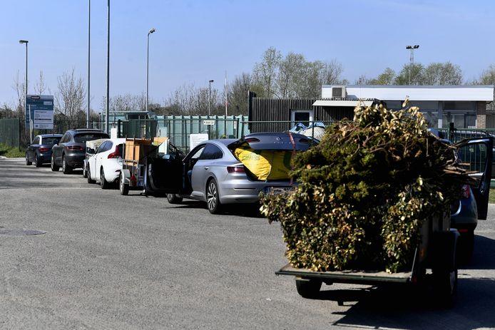 Op de eerste dag na de heropening van de containerparken was het overal aanschuiven, zoals hier in Tienen