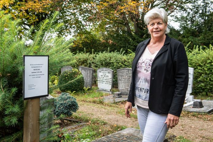 Monique Kiekenbosch hoofd Ooster- en Westerbegraafplaats in Enschede bij een veld waar veel grafrechten verlopen.