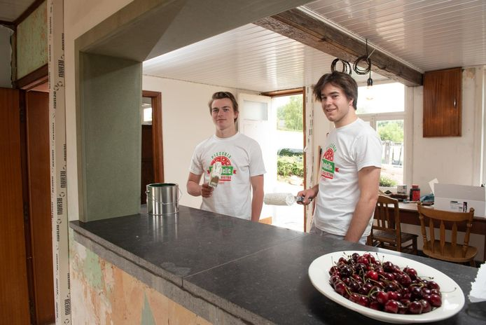 Louis Platteeuw en Charles-Henri Van Malleghem in de hoeve die ze als pizzeria zullen gebruiken.