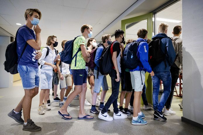 Leerlingen van het Merletcollege (met vestigingen in Grave, Mill en Cuijk) moeten een mondkapje op als ze van het ene leslokaal naar het andere lopen. Foto ter illustratie.