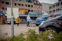 Winkelend publiek brengt de boodschappen van de Albert Heijn naar de auto die geparkeerd staat op het Europaplein.