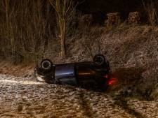 Auto slaat door sneeuw en gladheid over de kop op A58 tussen Gilze en Goirle