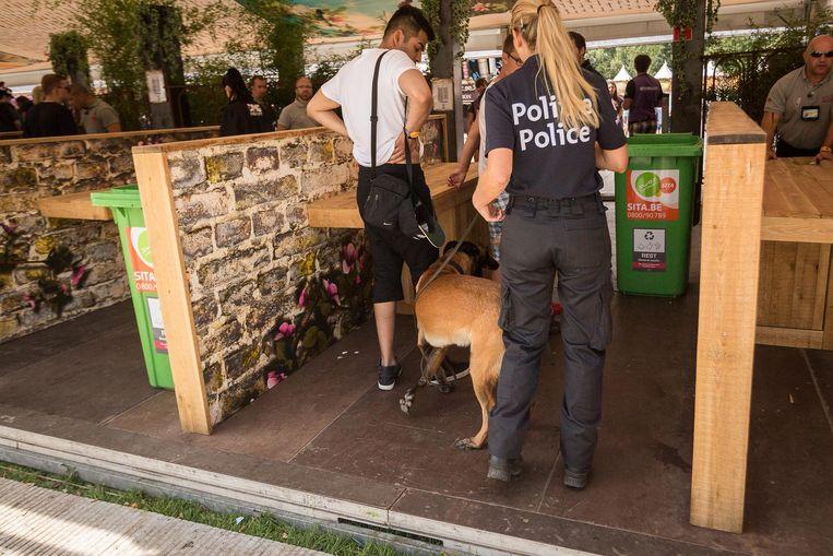 Drugshonden controleren de festivalgangers. Beeld Photo News