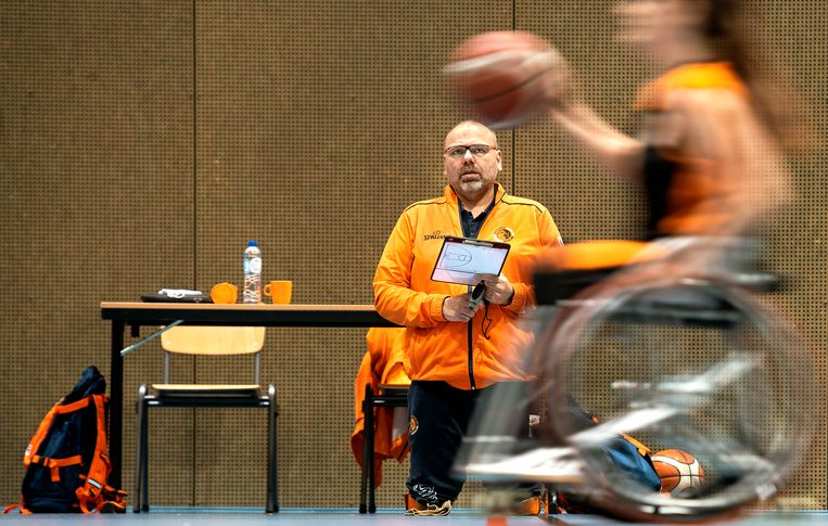 Gertjan van der Linden, bondscoach van het Nederlands vrouwenrolstoelbasketbalteam, ziet toe op een training van zijn paralympische selectie. Als international werd Van der Linden uitgeroepen tot beste speler van de wereld. Nog 186 dagen tot Tokio. Beeld Klaas Jan van der Weij