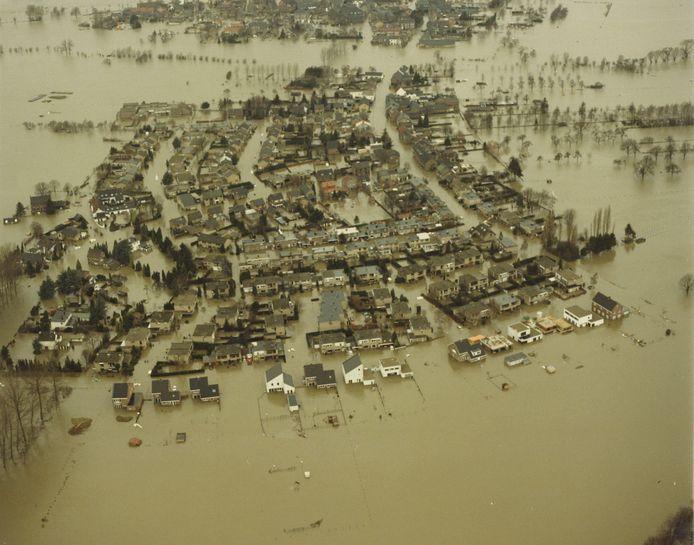 Beelden die bijna iedere Nederlander kent: een compleet ondergelopen Itteren bij de watersnood in 1993.
