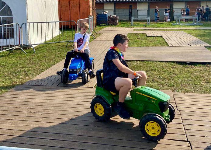 Racen op speelgoedtractors