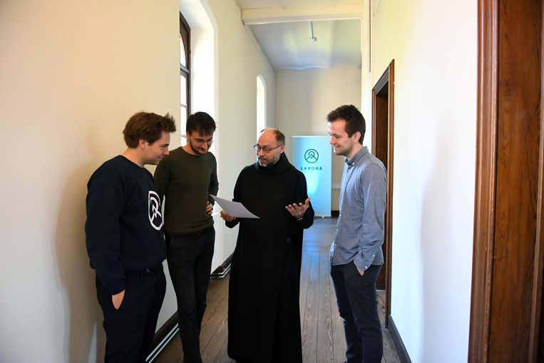 De oprichters van Labora Ward Gordts, Ward Broeckaert en Hendrik Vandenberghe samen met prior-administrator Dirk Hanssens osb