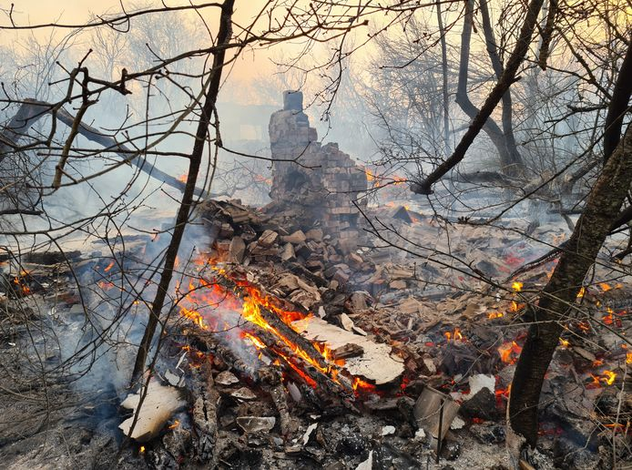 Een verlaten gebouw in de afgesloten zone rond de centrale is ten prooi gevallen aan de branden.