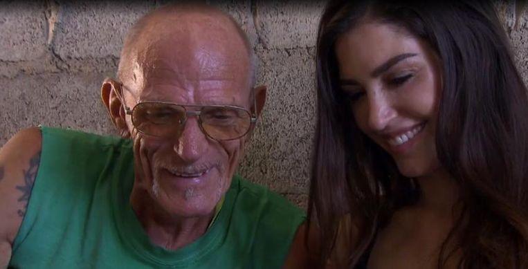 'Yolanthe Sneijder-Cabau stapt met een tablet het armoedige huis van de magere, eenzame Sam binnen om een videoboodschap van 'mijn allessie' te laten zien en naar de bekende weg te vragen.' Beeld