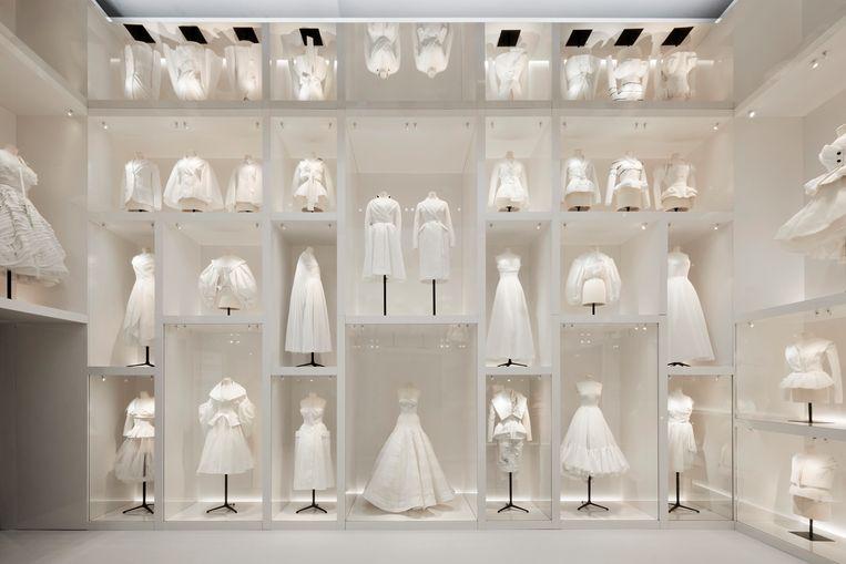 Toiles van ontwerpen van Christian Dior: proefuitvoeringen in katoen die dienden om de pasvorm te controleren.  Beeld Adrien Dirand