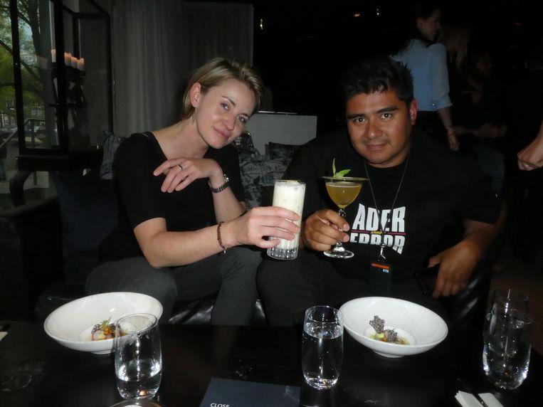Barmanager Agnieszka Rózenska: 'I love the idea, and best cocktail ever.' Rózenska werkte hier wel voorheen. Met fotograaf Tony Pérez. Beeld Hans van der Beek