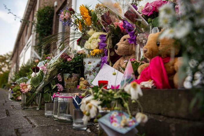 Na de gewelddadige dood van de 15-jarige Megan werden voor haar ouderlijke woning bloemen en knuffels neergelegd.