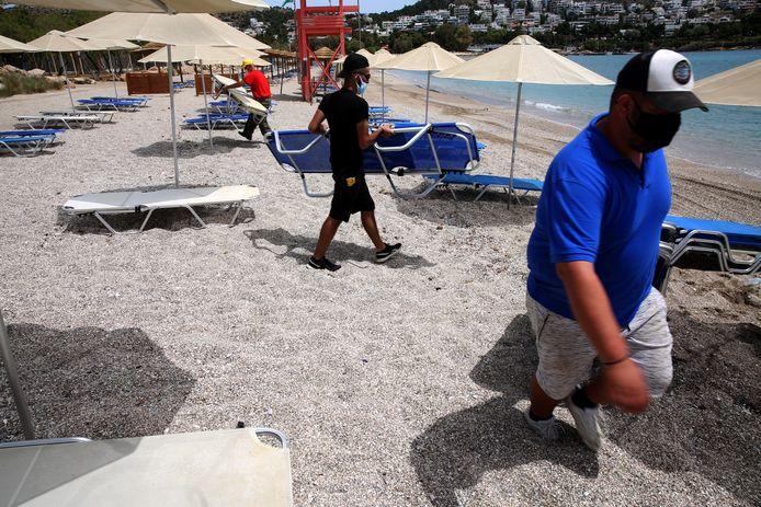 Medewerkers van strandbar nabij Athene bereiden volop de heropening voor. (1/2)