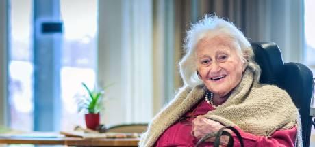 107-jarige Ria vocht als kind al voor haar bestaan, nu overleeft ze corona: 'Bloeddruk van jong meisje'