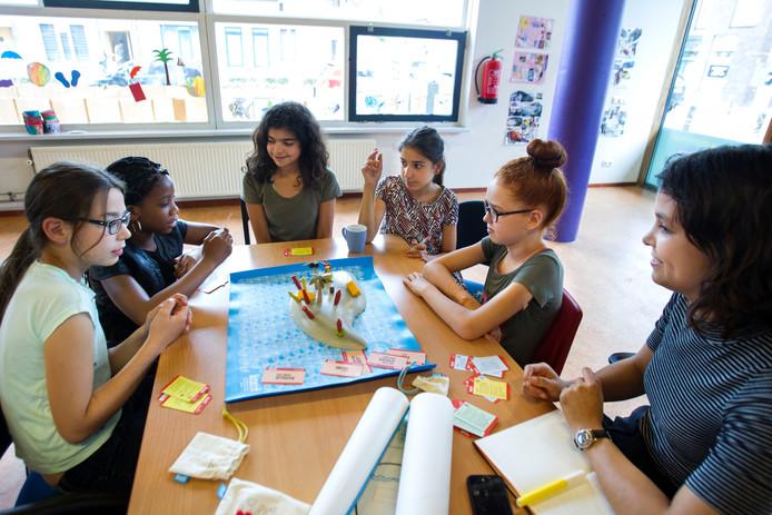 Kinderen spelen het spel Terra Nova.