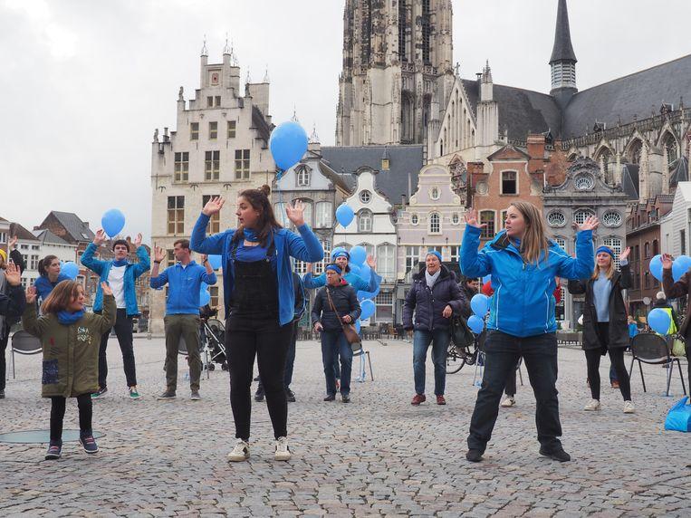 Op de Grote Markt van Mechelen werd gedanst voor Wereld Diabetes Dag. Maartje Rosmams en Maxime Mertens toonden hoe het moest.