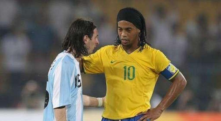 Ronaldinho (nu Milan) feliciteert zijn gewezen Barça-ploegmaat Messi. Beeld UNKNOWN