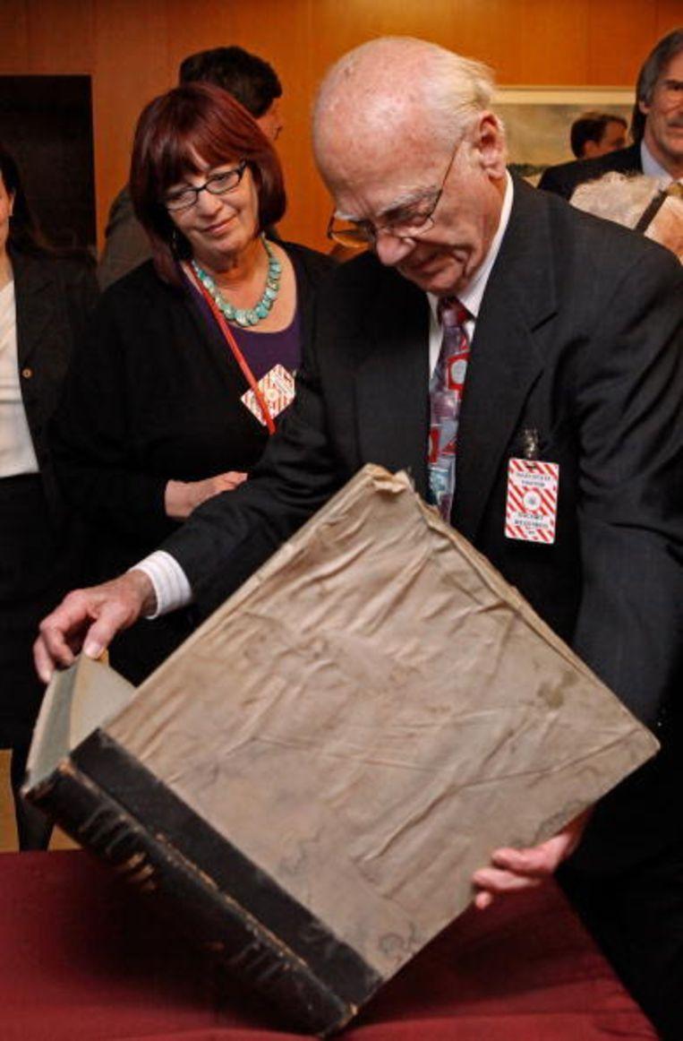 Oorlogsveteraan John Pistone bewaarde het historisch waardevolle werk onwetend 65 jaar bij zich thuis. Beeld UNKNOWN