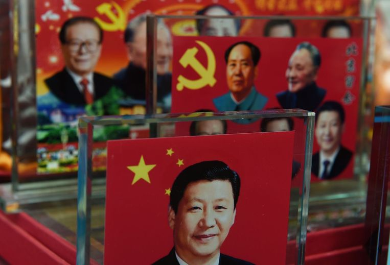 Decorative platen met Chinese leiders uit het verleden en hedeen, inclusief Xi Jinping vooraan. Beeld afp