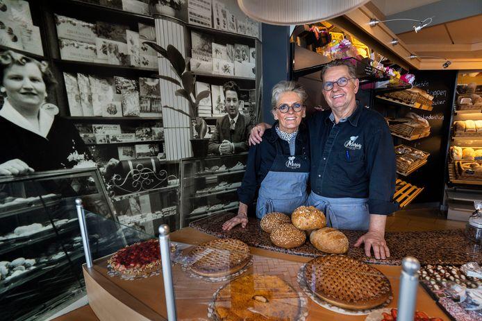 Marcel en Carola Michiels van 'de banketbakkerij van Woensel' stoppen er mee. 68 Jaar geleden begonnen zijn ouders Wim en Bep Michiels (foto's achtergrond) met de zaak.
