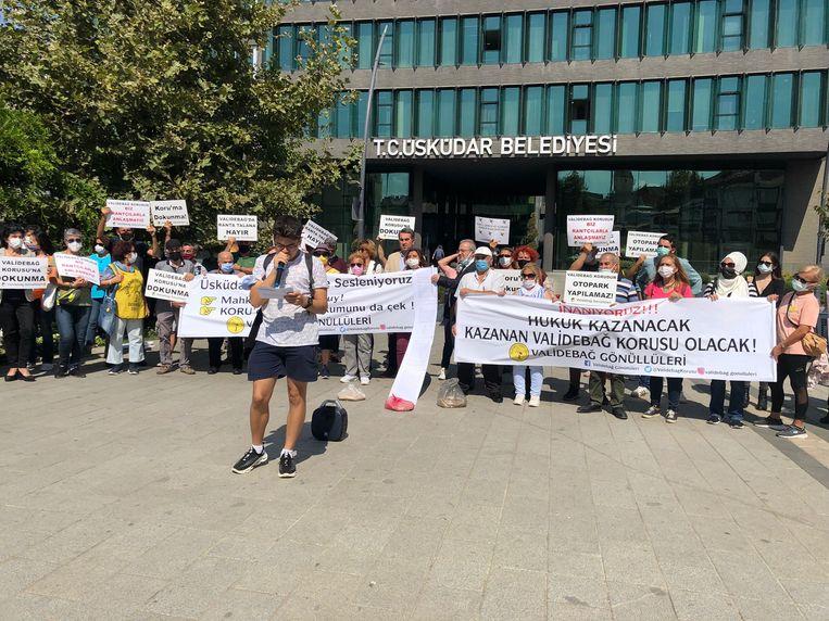 Vrijwilligers van de Validebağ Vrijwilligersvereniging houden een persconferentie voor het gebouw van de gemeente in Üsküdar, Istanbul. Beeld Ingrid Woudwijk