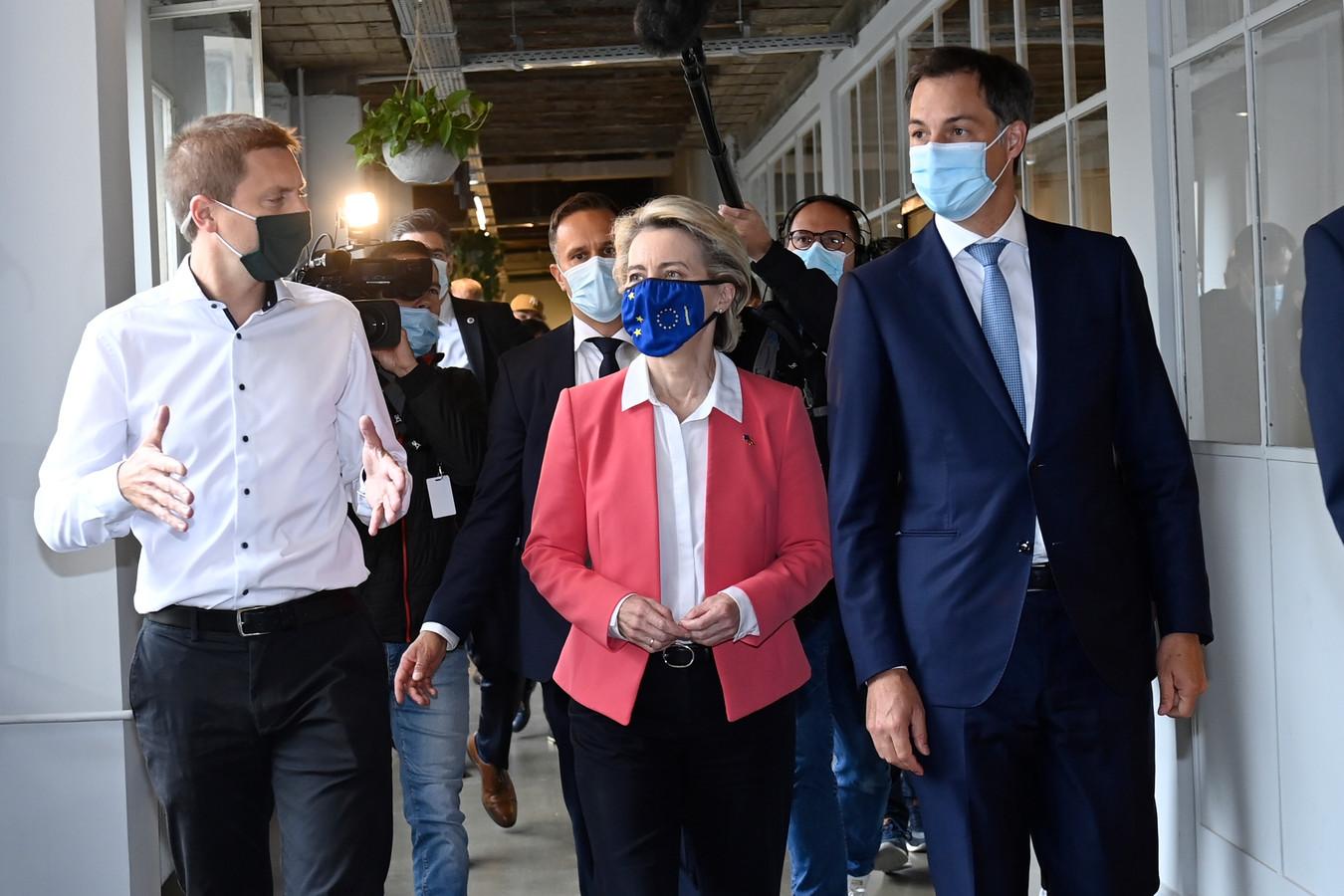 Staatssecretaris voor Relance Thomas Dermine (PS), Europees Commissievoorzitter Ursula von der Leyen, en premier Alexander De Croo (Open Vld).