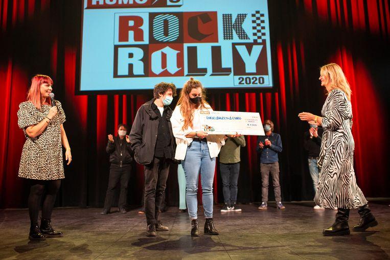 Sofie Engelen (links) en Humo-journaliste Katia Vlerick (rechts) overhandigen de prijs aan Wolker. Beeld Koen Keppens
