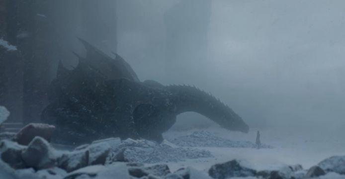 Drogon ligt te slapen onder een deken van as.