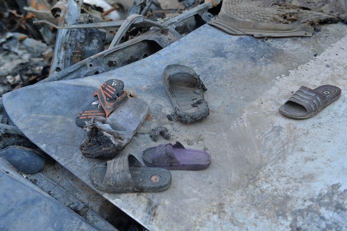 Slippers van de omgekomen burgers, onder wie zeven kinderen.