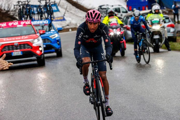 Egan Bernal reed op de Passo Giau iedereen uit het wiel.
