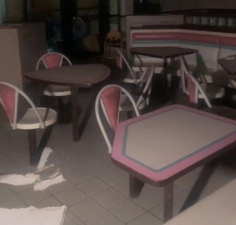 Les images de l'excursion d'un explorateur urbain dans un McDonald's abandonné émerveillent les internautes nostalgiques.