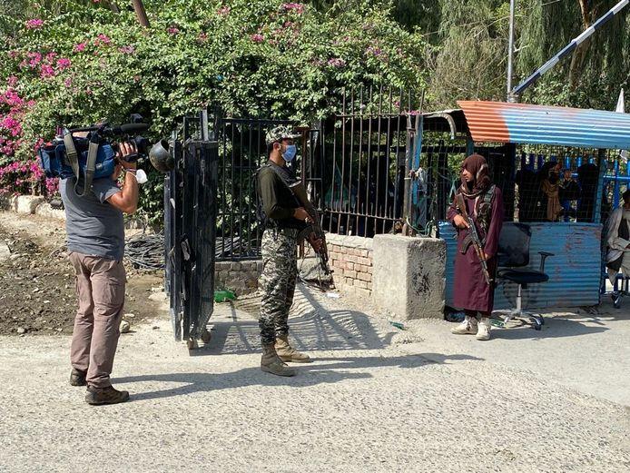 Aan de grensovergang in Torkham, waar Ramaekers en zijn cameraman naartoe reisden, staan een Pakistaanse militair en een talibanstrijder amper een meter uit elkaar.