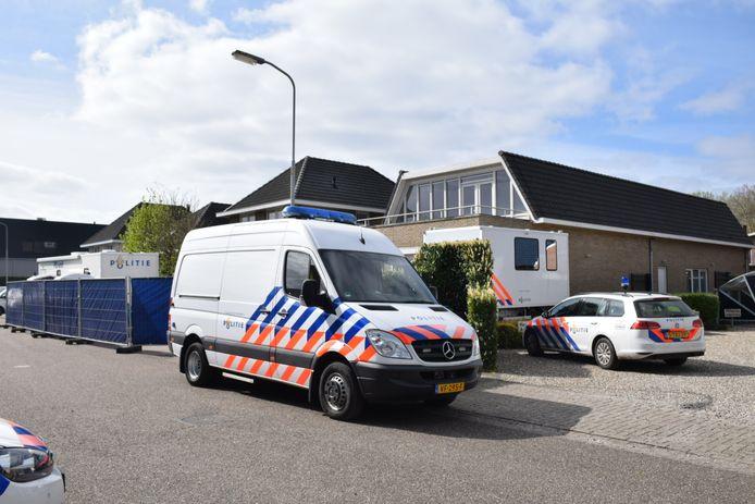 De politie doet onderzoek bij de woning aan Het Ambacht in Beneden-Leeuwen.