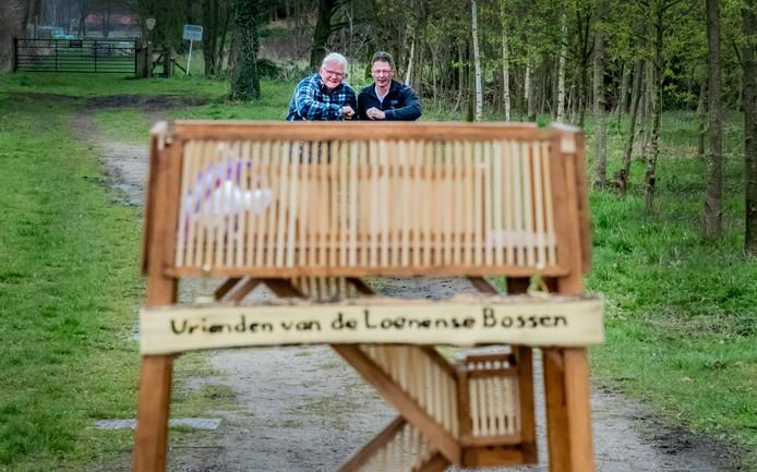 Hans Ruegebrink (links) en zijn zwager Henk Klomp hebben een mini-uitkijktoren gebouwd.