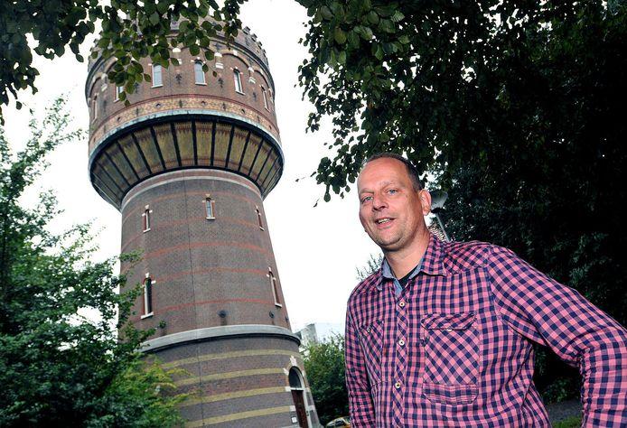 Werner Bremer bij de Delftse watertoren, die hij voor 1 euro van de gemeente kocht, helemaal opknapte en na vijf jaar eindelijk verkocht voor 950.000 euro, inclusief het pomphuis.