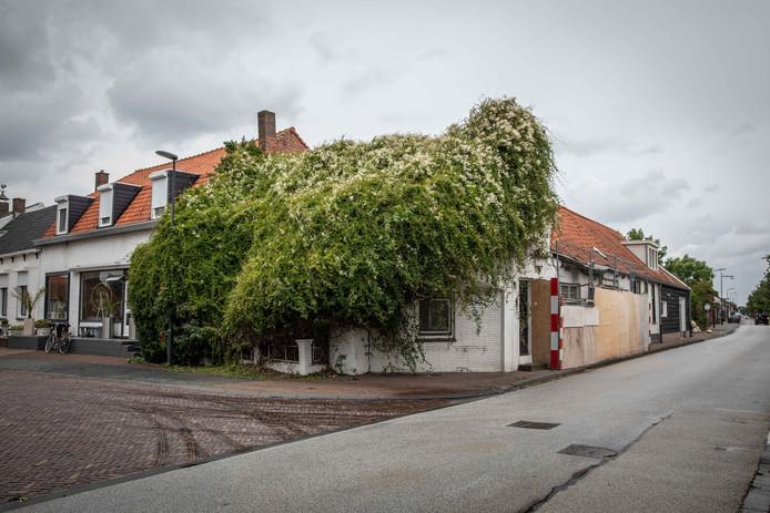 Een verpauperde woning op de kruising Molendijk/Burgemeester Timansweg in 's-Heerenhoek.