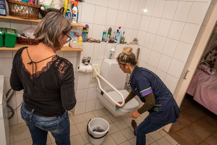 Thuishulp Elly Knoop (l) leert communicatie adviseur Karin Reintjes van TZorg de kneepjes van het vak.