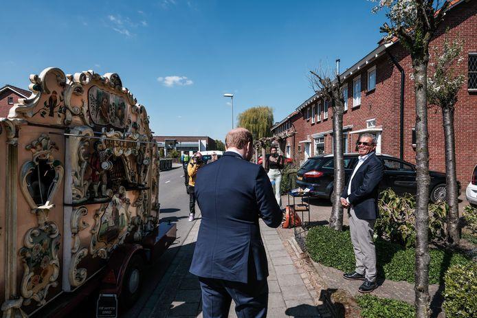 Burgemeester Joris Bengevoord verrast Theo Tetelepta met een draaiorgel en een lintje.