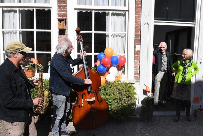Echtpaar Jeroen van der Eerden en Annelies Graafsma uit Grave wordt verrast. Zij kregen beiden een lintje.