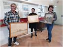 Roger van Boxtel, museumdirecteur Lisette Colijn en Esther Franken, medewerker collectiebeheer, met de door Van Boxtel geschonken schilderijen.