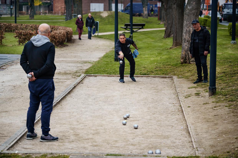 Enkele mannen spelen een spelletje petanque in Maasmechelen.  Beeld Eric de Mildt